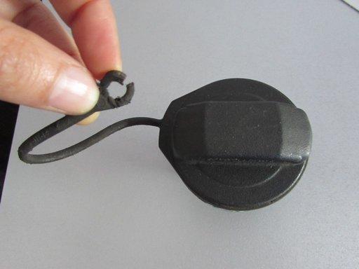 Buson capac rezervor Seat Cordoba 1.9 tdi 1999 2000 2001 2002 cod: 1J0201553C (sistem de prindere rupt)