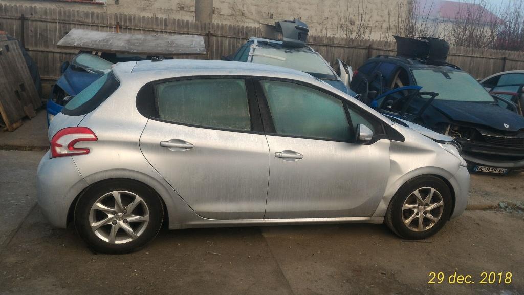 Dezmembrez Peugeot 208 1.2 benzina 2013