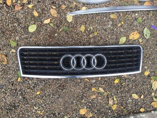 Grila radiator pe capota Audi A6 din 2003 4B0853651F